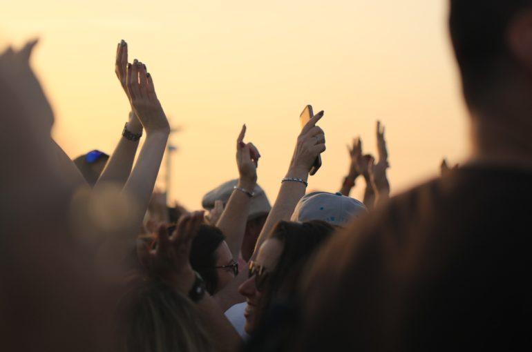 Reino Unido se prepara para sus primeros shows al aire libre